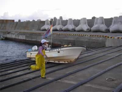 西徳丸が大漁旗を掲げて入港!
