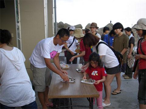 参加者全員に無料で、タカベの塩煮が配られました。